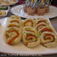Broodrolletjes met roomkaas, pesto en gegrilde paprika
