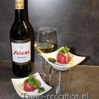Bonbon van gedroogde runderham met roomkaas en een salade van ui en verse kruiden